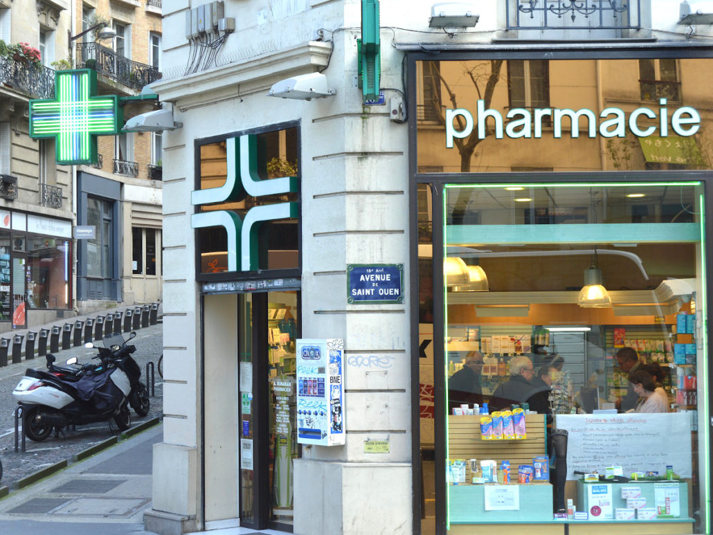 Apotheke mit grünem Kreuz und Schriftzug Pharmacie