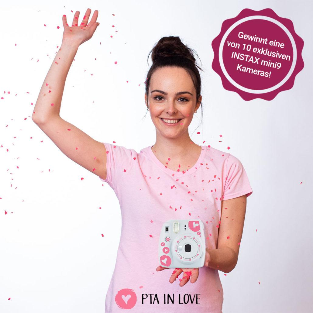 PTA IN LOVE-Testimonial Corinna präsentiert die INSTAX mini9 Sofortbildkameras im limitierten PTA IN LOVE-Design
