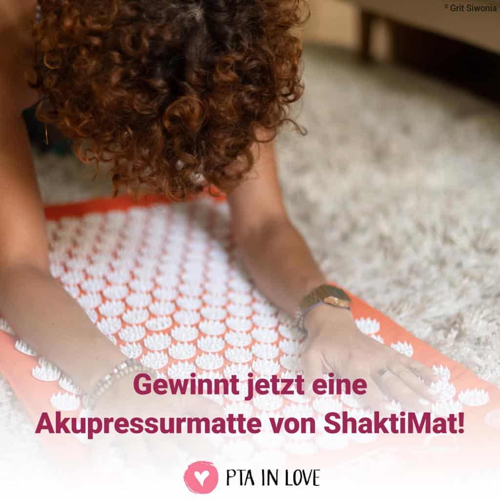 Frau macht Übungen auf Akupressurmatte