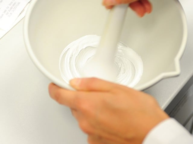 Anreibung einer Salbe in der Fantaschale mit einem Pistill