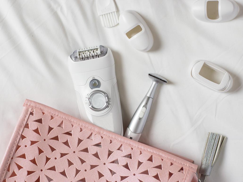 Nahaufnahme einer pinkfarbenen Kosmetiktasche mit Epilierer und Zubehör