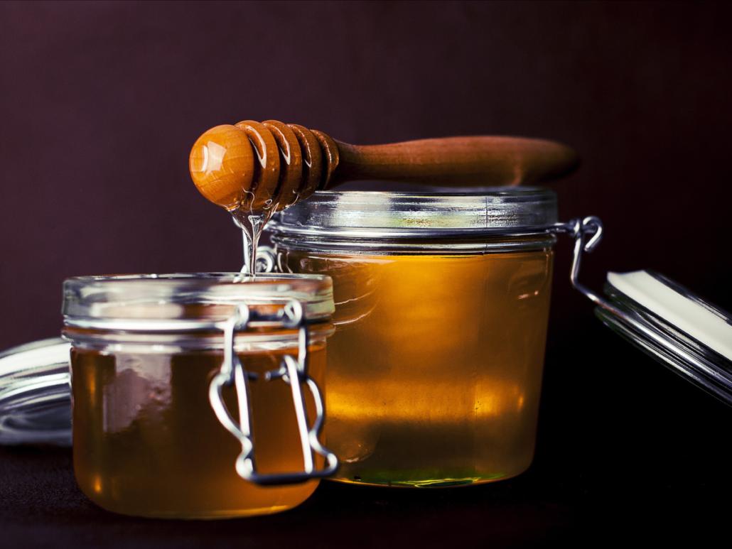 Nahaufnahme von zwei Einweggläsern mit Honig