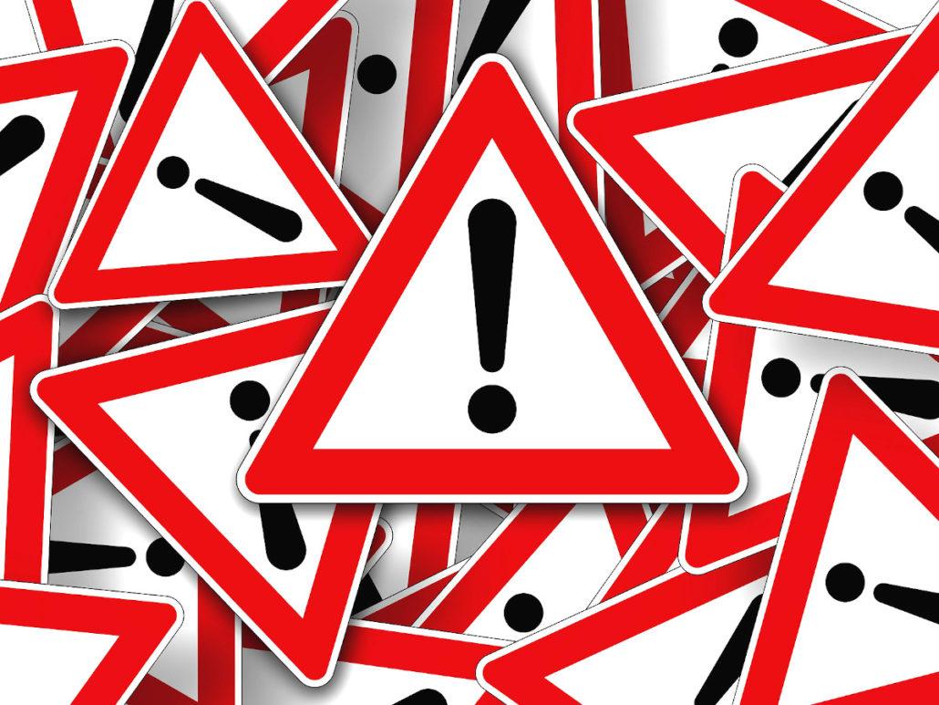 Ausrufezeichen, mehrere Achtung-Schilder, die übereinander liegen
