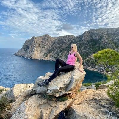 Doro im Urlaub auf einem Stein