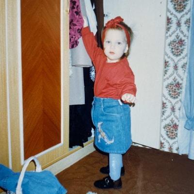 Doro als Kind am Kleiderschrank