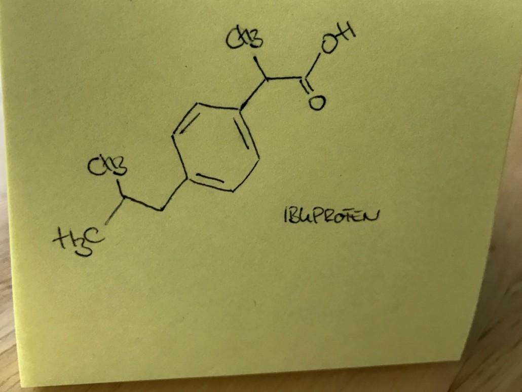Strukturformel von Ibuprofen auf einem gelben Post-it